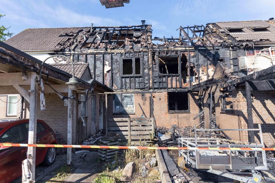 De dag na de brand aan het Hoefblad: de ravage aan de huizen is zichtbaar.