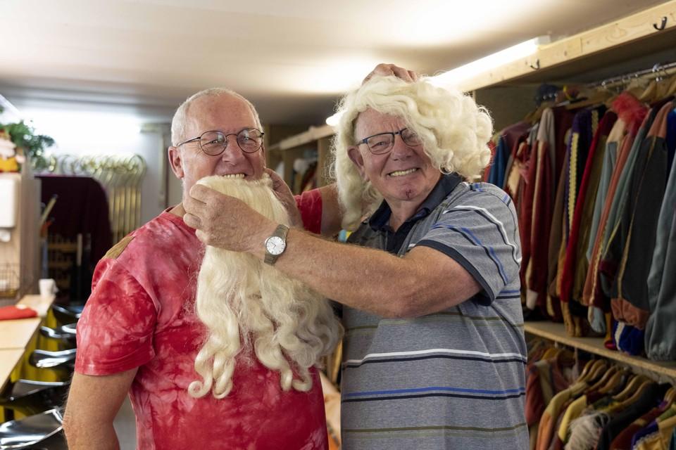 Fred Leurs (rechts) en zijn compaan Ed Smit dollen een beetje in het Hoofdkwartier van Sint en Kerstman.