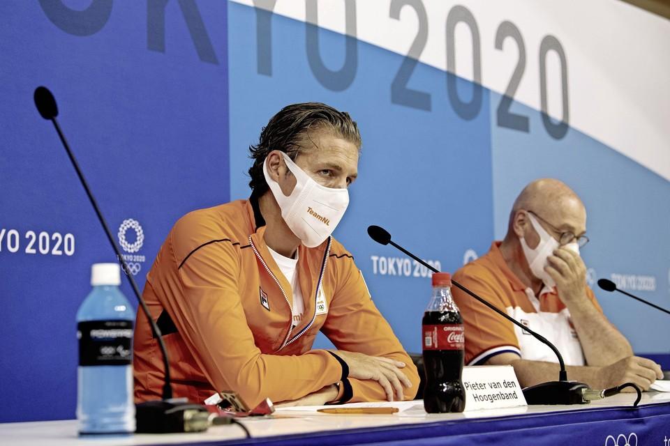 Chef de mission Pieter van den Hoogenband en technisch directeur Maurits Hendriks tijdens de persconferentie.