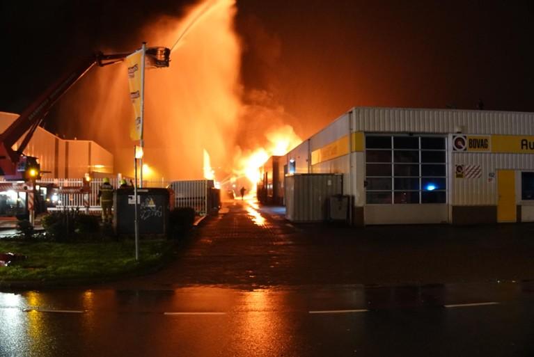 Grote brand in bedrijfsverzamelgebouw in Alkmaar [video, update]
