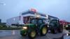 Boze boeren voeren actie bij distributiecentrum van Vomar in Alkmaar