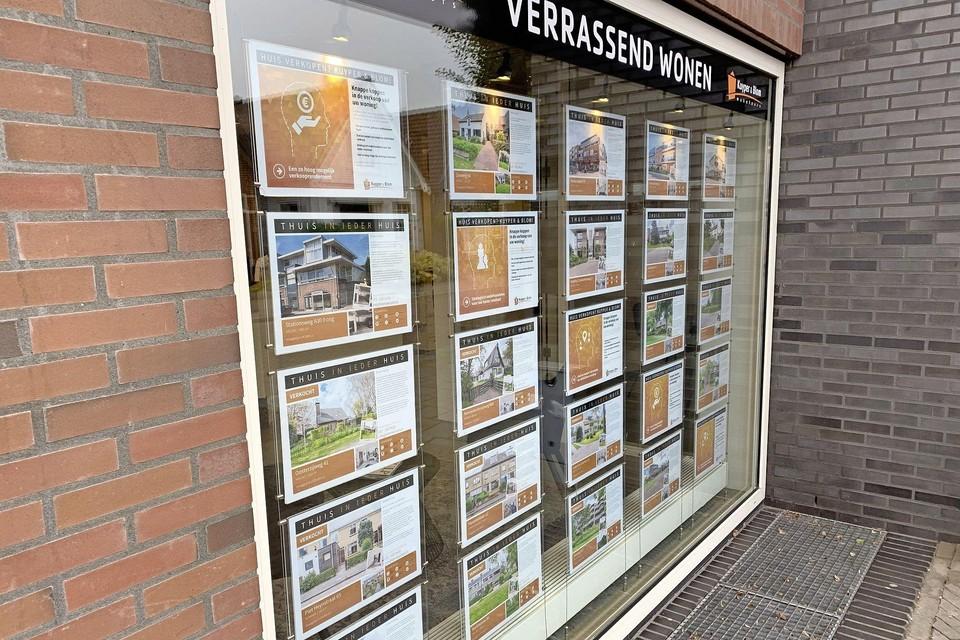 'Verkocht'. Steeds meer huizen in de etalages van makelaars zijn al niet meer beschikbaar.