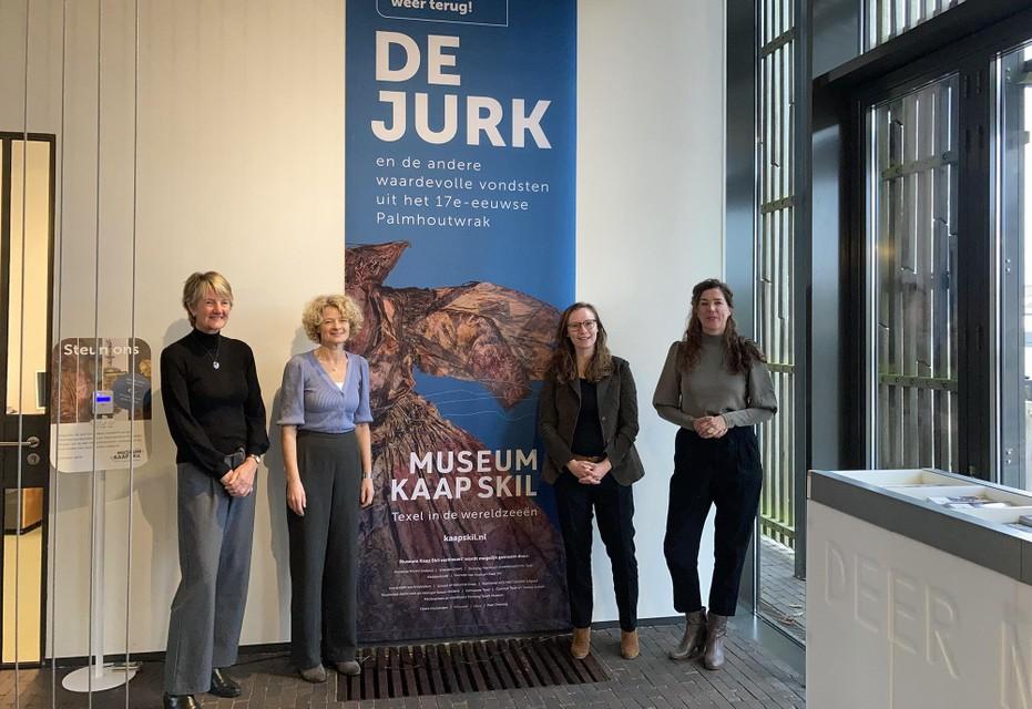 Gedeputeerde Zita Pels (tweede van rechts) en directieleden van Stichting Texels Museum Anneke Schrama, Marion Barth en Corina Hordijk tijdens het werkbezoek in Kaap Skil.