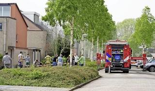 Brandweer groots aanwezig om woningbrand in Alkmaar, weg afgezet