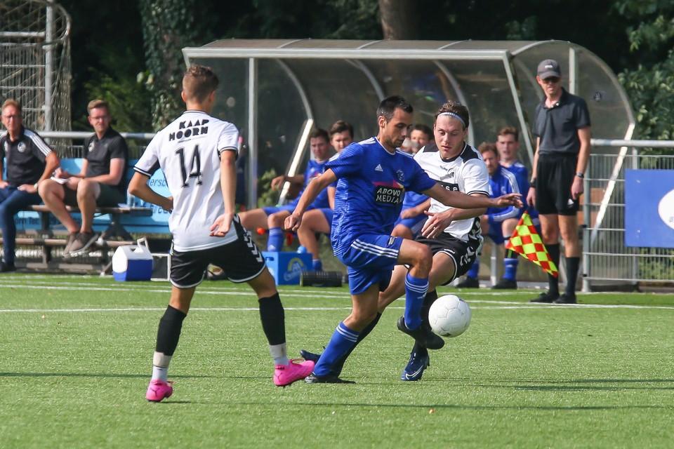 Enzo Renon trekt ten strijde namens SEW in de uitwedstrijd tegen Always Forward.