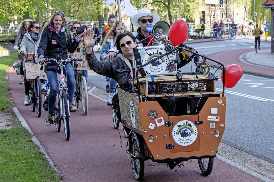 Jimmy Duits (in de bakfiets) is verbaasd over de Haarlemse strengheid.