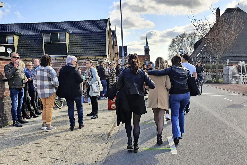Jongeren komen massaal naar het centrum van De Goorn om toch hun kermisweekend te vieren.