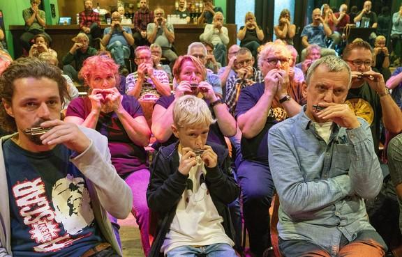 Workshop mondharmonica spelen tijdens festival Alkmaar Blues Express trekt recordaantal van 102 deelnemers