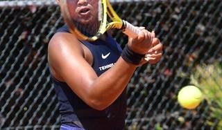 'Allez!', klinkt het op baan 1. Na een periode van fysieke én mentale tegenwind kan de jonge tennisprof Noa Liauw-A-Fong eindelijk weer eens juichen