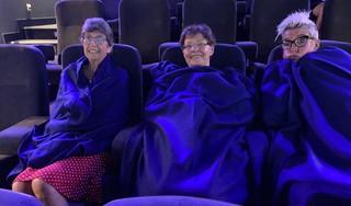 Dekens voor luchtig geklede filmbezoekers