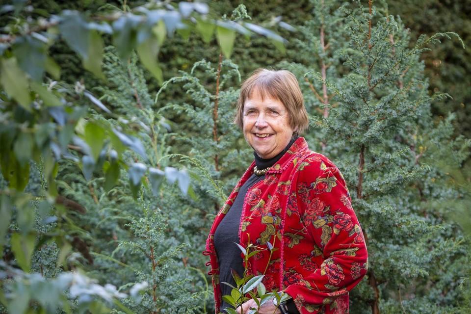 Marlies ter Borg in haar tuin, die destijds op verzoek van de familie Van Hall is aangelegd.