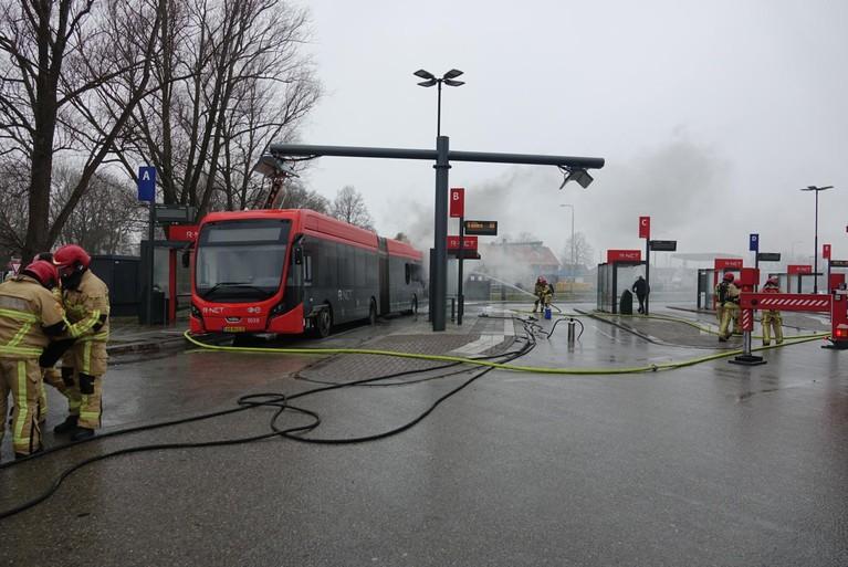 Elektrische lijnbus vliegt in brand tijdens opladen in Edam [video]