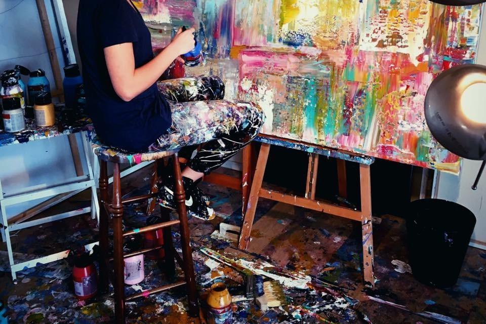 Lynn Spoor aan het werk in haar atelier in IJmuiden.