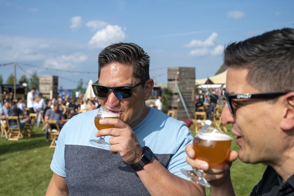 Bezoekers van Hoppig konden proeven van verschillende regionale brouwers.