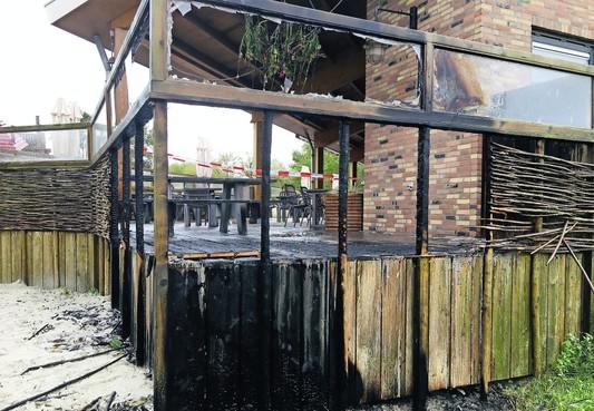 Dat de brand op het terras van de Pannenkoekenvallei is aangestoken, dat vindt de politie 'aannemelijk'