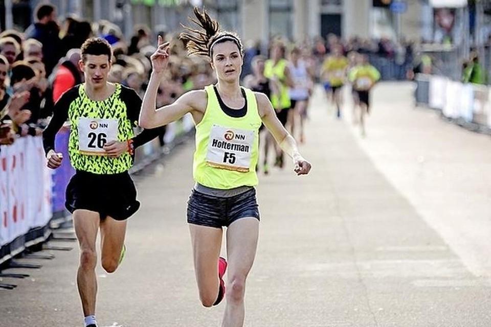 Jill Holterman komt als eerste Nederlandse vrouw binnen tijdens de City-Pier-Cityloop.