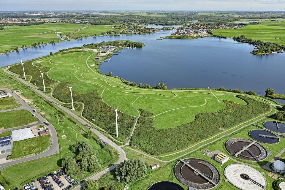 Schoteroog vanuit de lucht gezien, met op de voorgrond de vier bestaande windmolens en aan de overkant van de Mooie Nel de nieuwbouwwijk Spaarnebuiten.