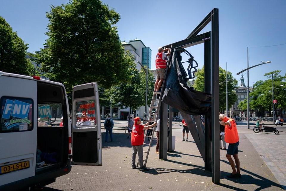 Leden van vakbond FNV pakken in juni 2020 het beeld van Vadertje Drees in Den Haag in als protest tegen het nieuwe pensioenstelsel.