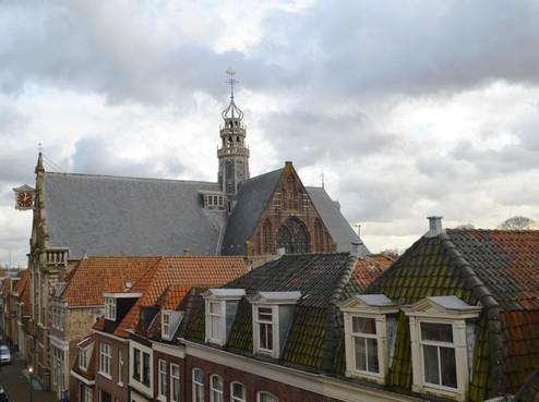 Familie Van Doorn doet dubbel glas-in-loodraam cadeau aan Stichting Oosterkerk