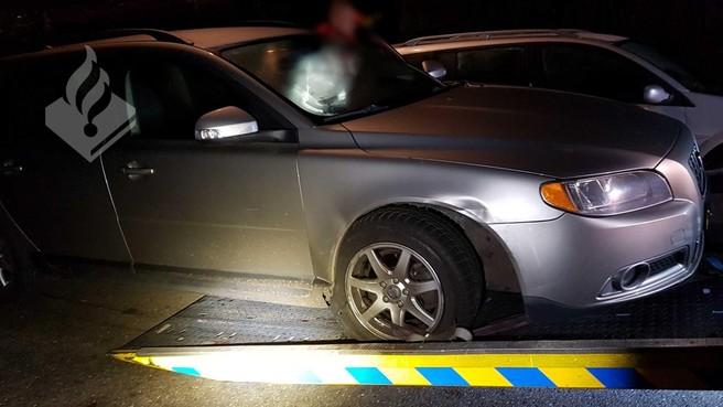 Dronken man rijdt tegen geparkeerde auto's in Loosdrecht