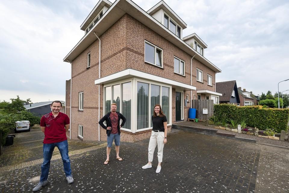 Huurders Jelmer Bergsma en Michelle Stuy met verhuurder Sjoerd van Aalst (links) voor de woning.