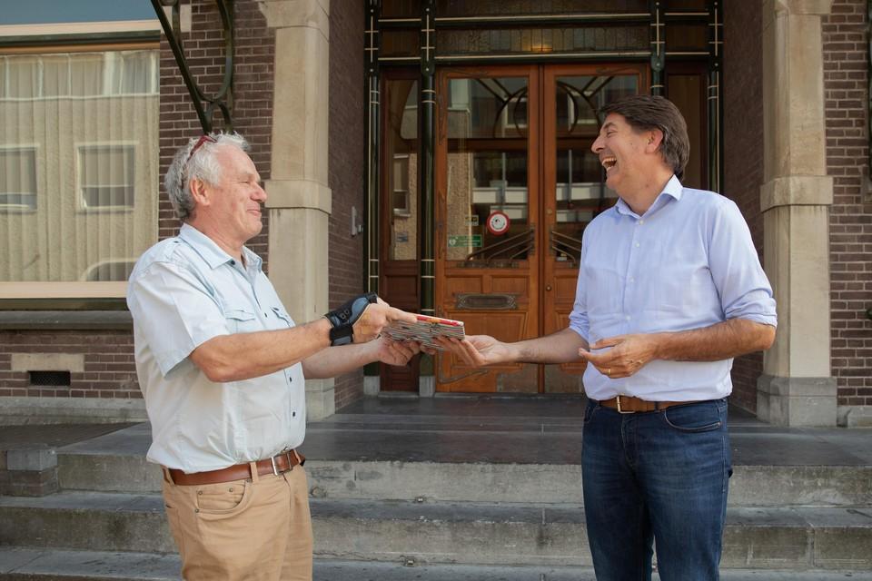 Vrijwilliger Gijs Kranendonk (links) is vorige week uitgenodigd bij wethouder Hugo Prakke die ook nog jarig was en een cadeautje krijgt.