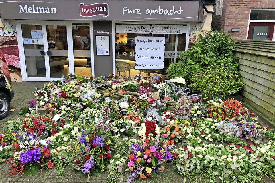 Na het overlijden van Piet Melman ontstond voor de winkel een gedenkplaats vol bloemen.