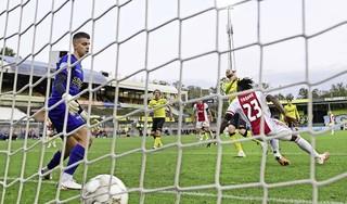 Vlijmscherp Ajax geeft VVV geen seconde rust. VVV-trainer Hans de Koning: 'Iemand zei net 'sterkte' tegen me. Tsja, er is niemand overleden...'