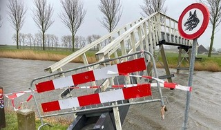 Koggenland waarschuwt voor gevaar: wandelaars blijven half gekantelde loopbrug gebruiken