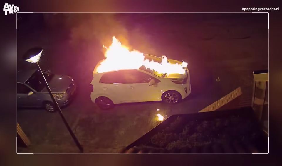 Nadat maanden eerder een vuurwerkbom wordt afgestoken bij een woning aan Het Gangwerk, wordt ook een auto op hetzelfde adres in brand gezet.