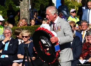 Prins Charles legt krans voor Polen