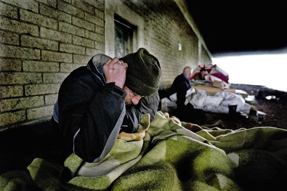 Geef daklozen woonruimte en begeleiding zodat ze kunnen terugkeren naar de maatschappij. Dat is de aanpak van 'Housing First'.