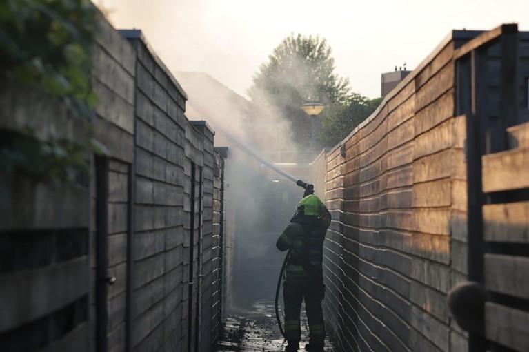 Hevige brand in twee schuren in Alkmaar