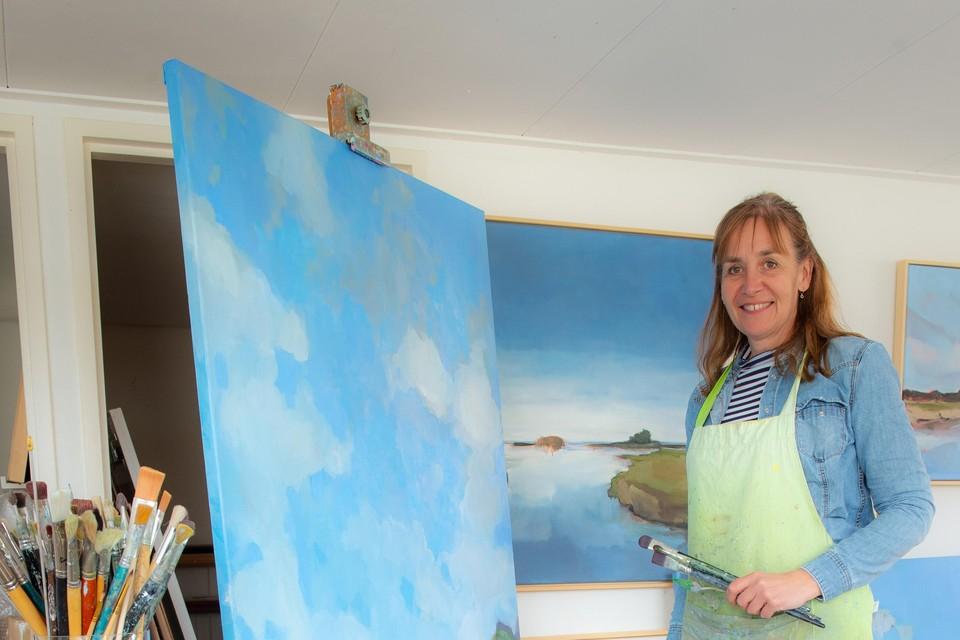 Stella Burggraaf in haar zomerhuisjesatelier.