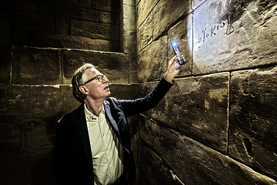 Tom Buijtendorp bij een inscriptie in de Isistempel in Leiden, de codex in zijn literaire thriller die dezer dagen uitkomt.