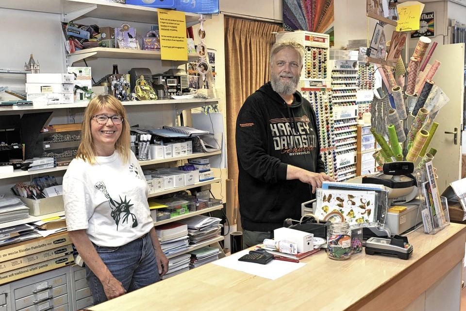Cees en Myrjam van Heijst achter de toonbank van hun winkel.