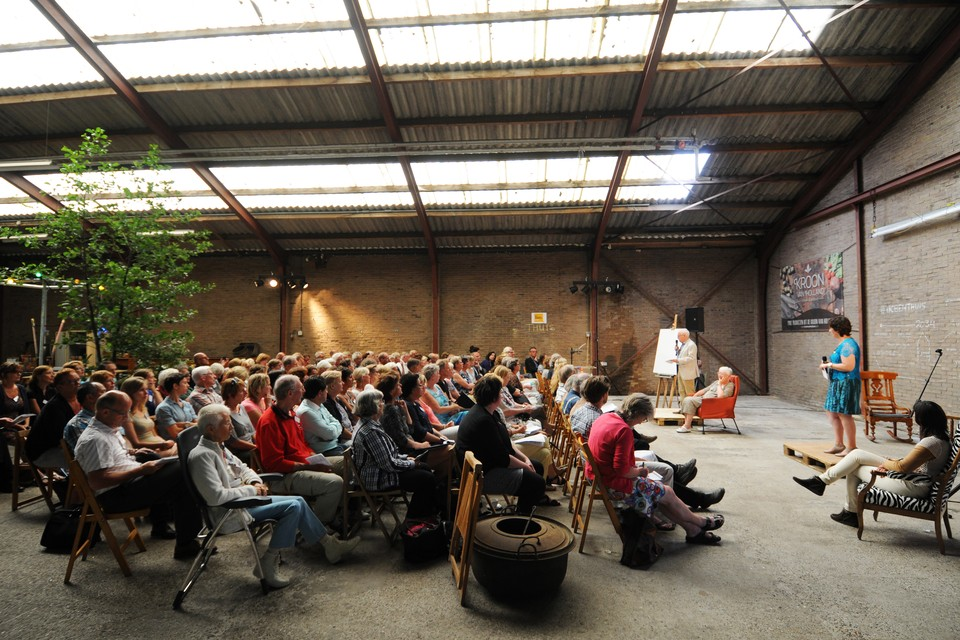 Denise Huibers uit Hoorn en haar vader Henk Huibers uit Oudkarspel vertellen op de Thuis-bijeenkomst over beter ouder worden. FOTO BUREAU MENEER DE LEEUW
