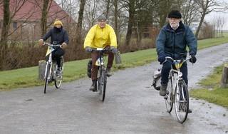 Geert Koekoek (99) beleeft in gedachten de memorabele fietstocht op 23 januari 1945 met apparatuur voor het verzet terwijl anderen op de pedalen staan: een rit van Middenmeer naar Koog aan de Zaan