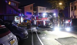 Vijf gezinsleden gewond bij hevige woningbrand in Assendelft; twee van hen zijn ernstig gewond [video]