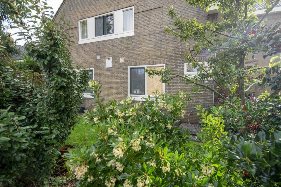 Vorige week werd een raam in hun woning opgeblazen met vuurwerk. Volgens Wouter Schmidt lagen er twaalf meter verderop nog scherven.