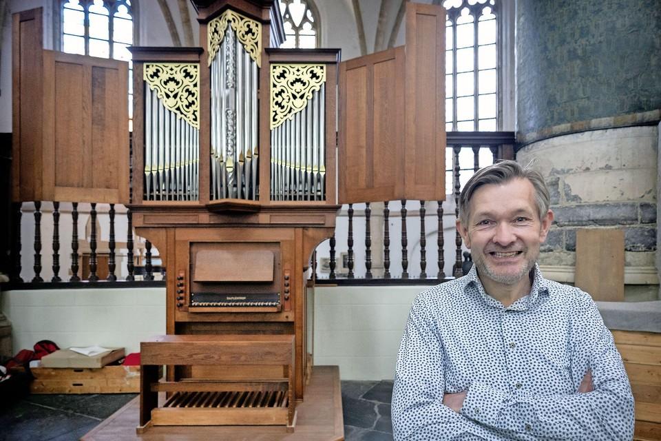 Anton Pauw voor het Flentrop-orgel.