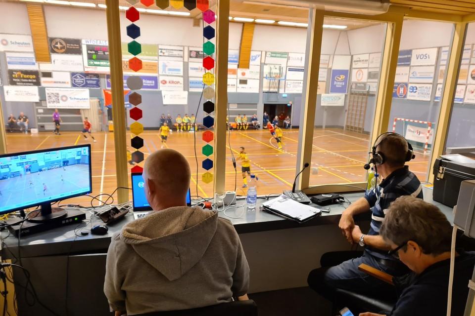 Het 'commandocentrum' voor de pay per views van Hovocubo: met headset commentator Leo Giovannangelo, rechts vooraan Tineke Diaz.