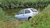 Automobiliste raakt macht over stuur kwijt, botst tegen lantaarnpaal en belandt in water in Enkhuizen