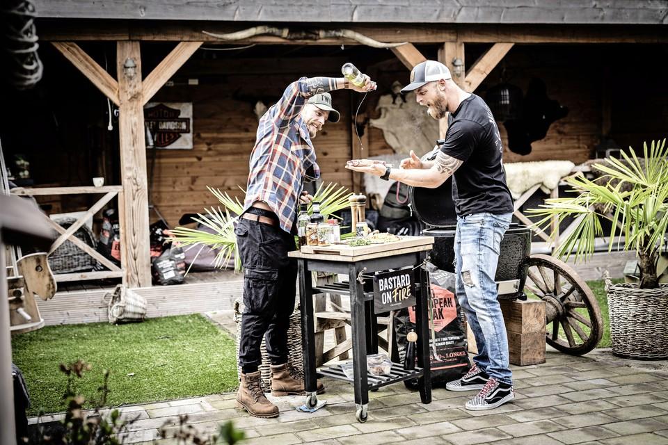 Voor Matthew Hodges (l) en Edwin Havik is barbecueën een feestje.