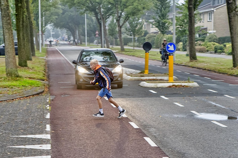 Een jongen trekt een sprintje op weg naar school.