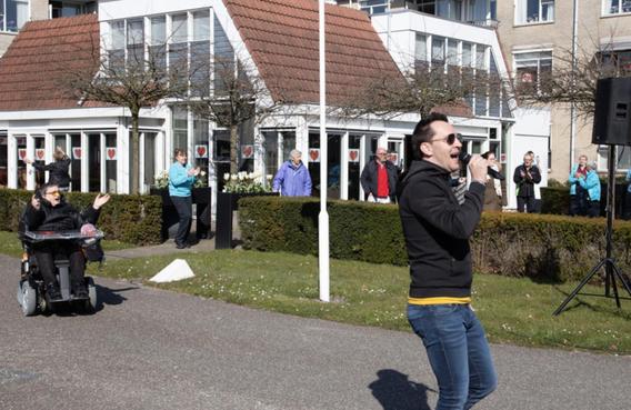 Bewoners van Hoorns verzorgingshuis Avondlicht massaal op balkons voor miniconcert [video]