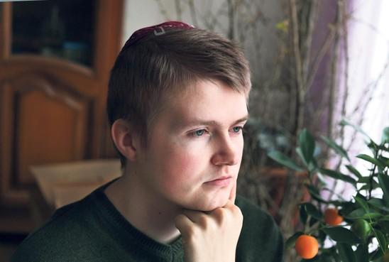 Naftali Schmidt (23) uit Hippolytushoef is zijn leven lang getreiterd om zijn geloof: 'Een keer is mijn naam in een auto gekrast met een hakenkruis ernaast'