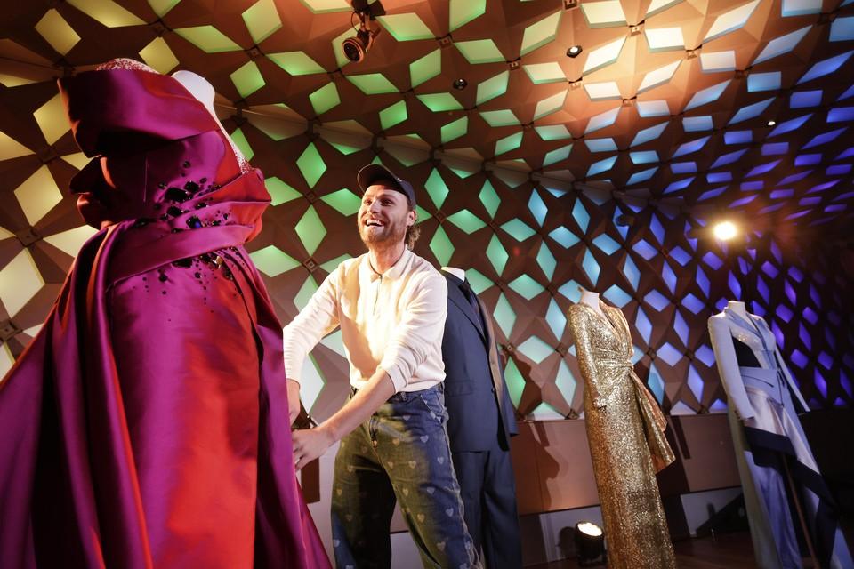 Head of fashion van het Songfestival Diek Pothoven onthult dat de split van Nikkies jurk uitscheurde toen ze in 30 seconde naar een ander podium moest rennen.