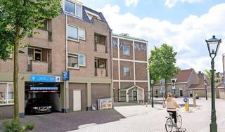 De parkeergarage waar niemand het over heeft: 'P Grote Kerk'. Dichter bij het centrum van Alkmaar parkeren kan niet. Wel eerst door een smal eenrichtingstunneltje