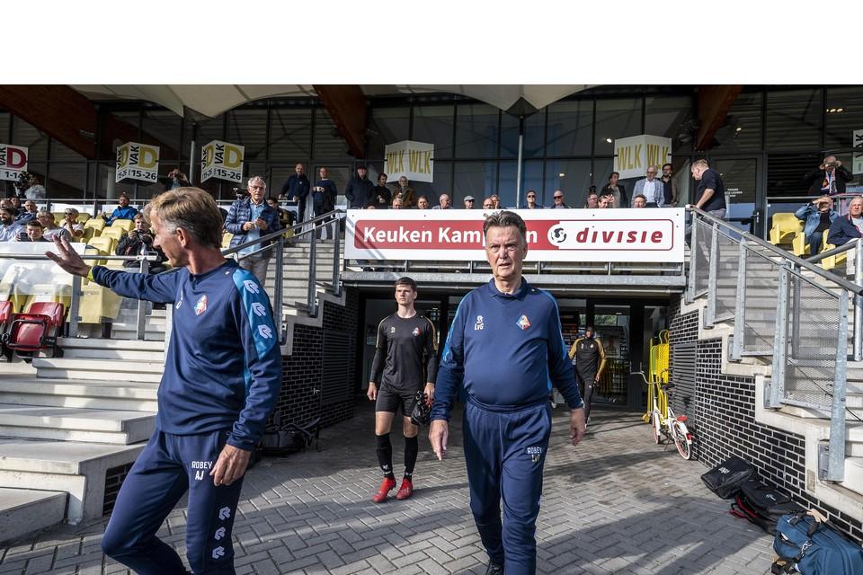 Andries Jonker en Van Gaal richting het veld.